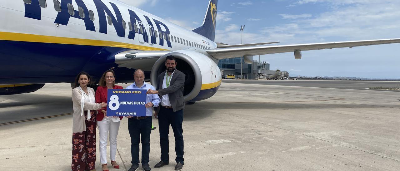 La directora del aeropuerto, Laura Navarro y Jose Mancebo, posan junto a los represnentantes de Ryanair en la plaforma de aviones