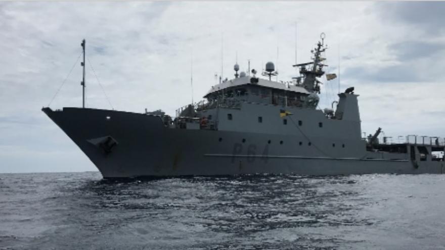 Un patrullero auxilia a un pesquero a la deriva cerca de Baleares