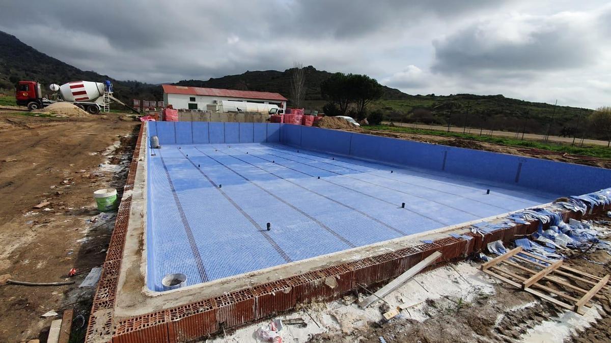 Piscina semiolímpica recién construida en Cilleros.