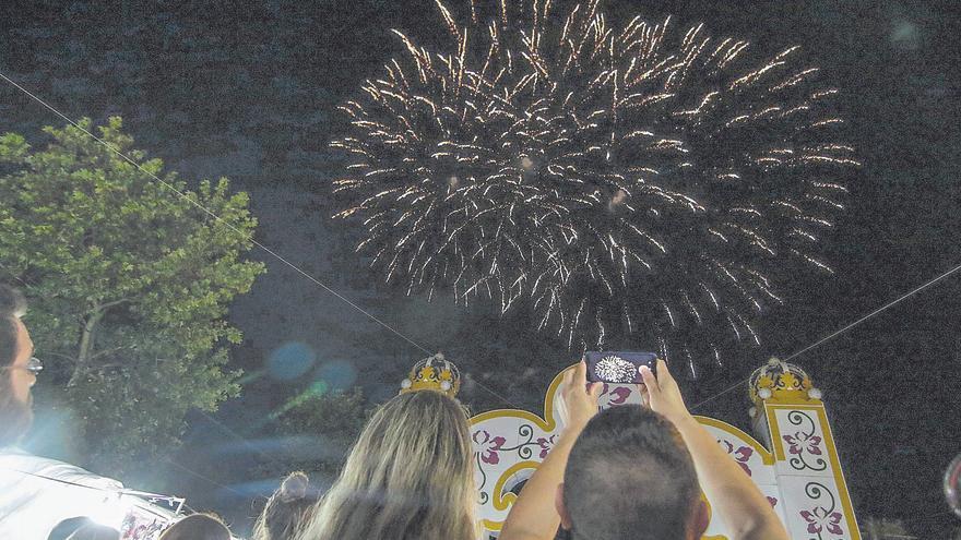 La feria se celebra con atracciones y con puestos de comida y juegos