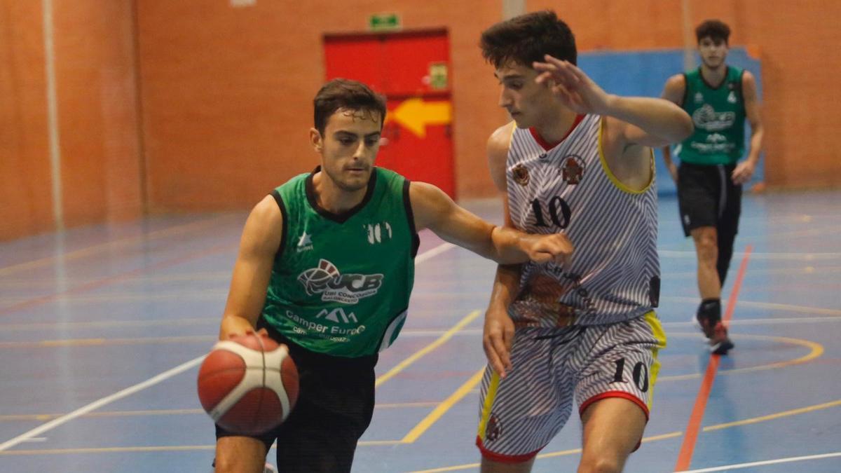 Jaime Aguilera, jugador del Camper Eurogaza UCB, en un amistoso ante el Peñarroya.