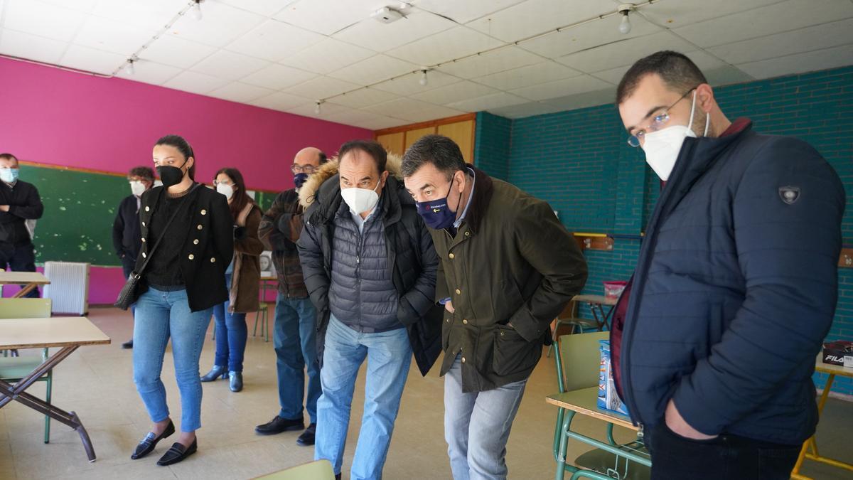 Crespo y Rodríguez en el interior de un aula del colegio de Prado. // Bernabé
