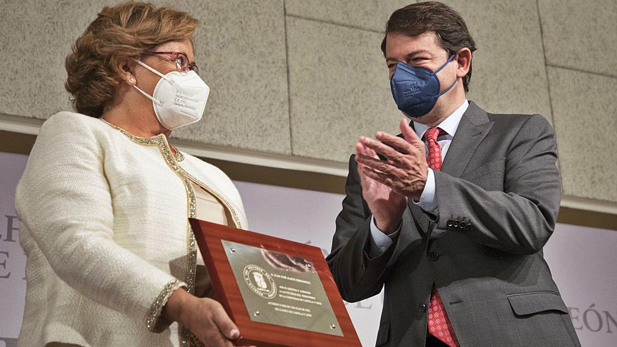 Alfonso Fernández Mañueco le entrega la placa a la viuda de Juan José Aliste. |