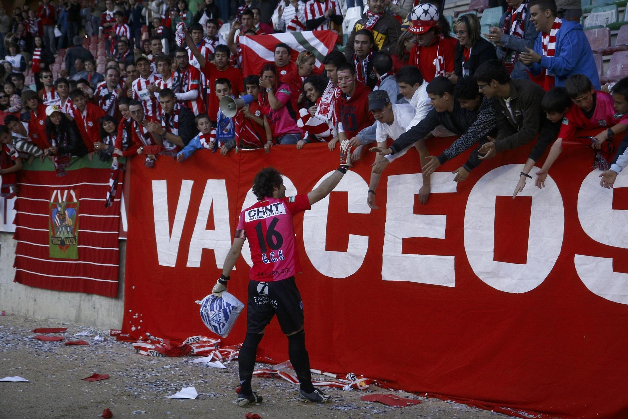 2. Dani Giménez se despide de los aficionados del Zamora tras la derrota en la ida de la primera eliminatoria del play off de la 2008-2009. El Villarreal B ganó 0-2 en el Ruta de la Plata y ese fue el último partido del portero gallego ante la afición rojiblanca.