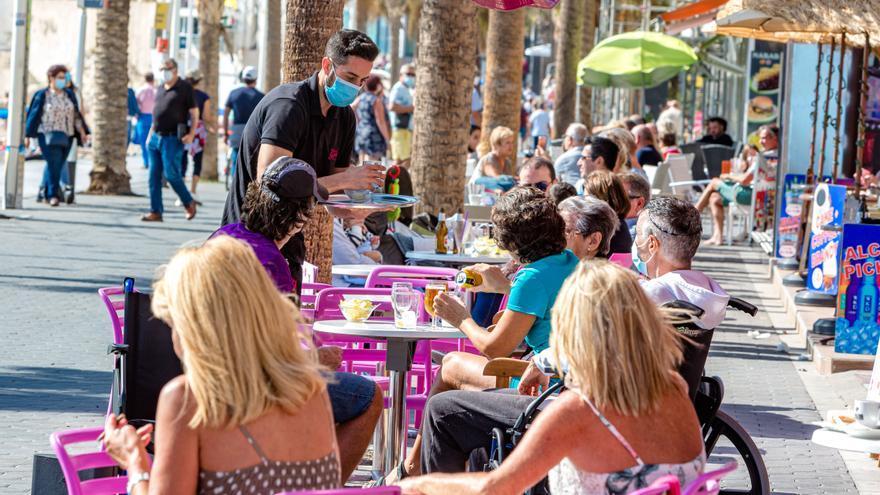 La hostelería y el ocio de Alicante afirman que perderán la temporada alta con la ampliación del toque de queda