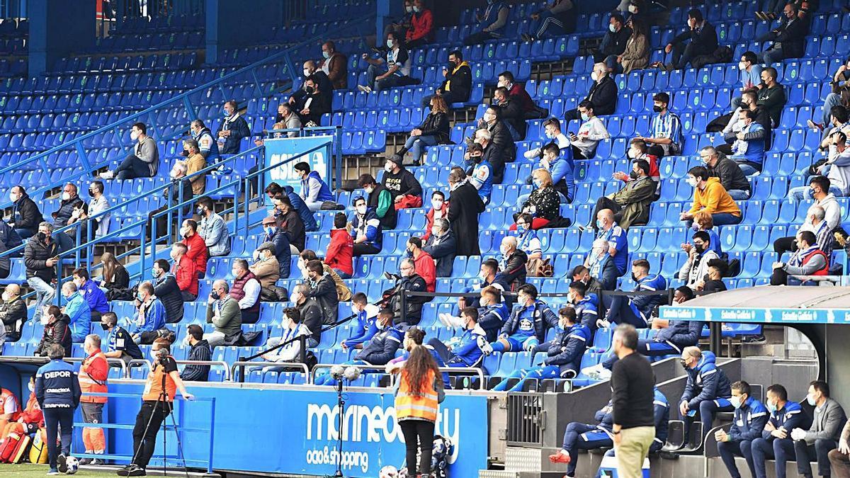 Aficionados deportivistas en Riazor en el partido contra el Numancia. |  // VÍCTOR ECHAVE