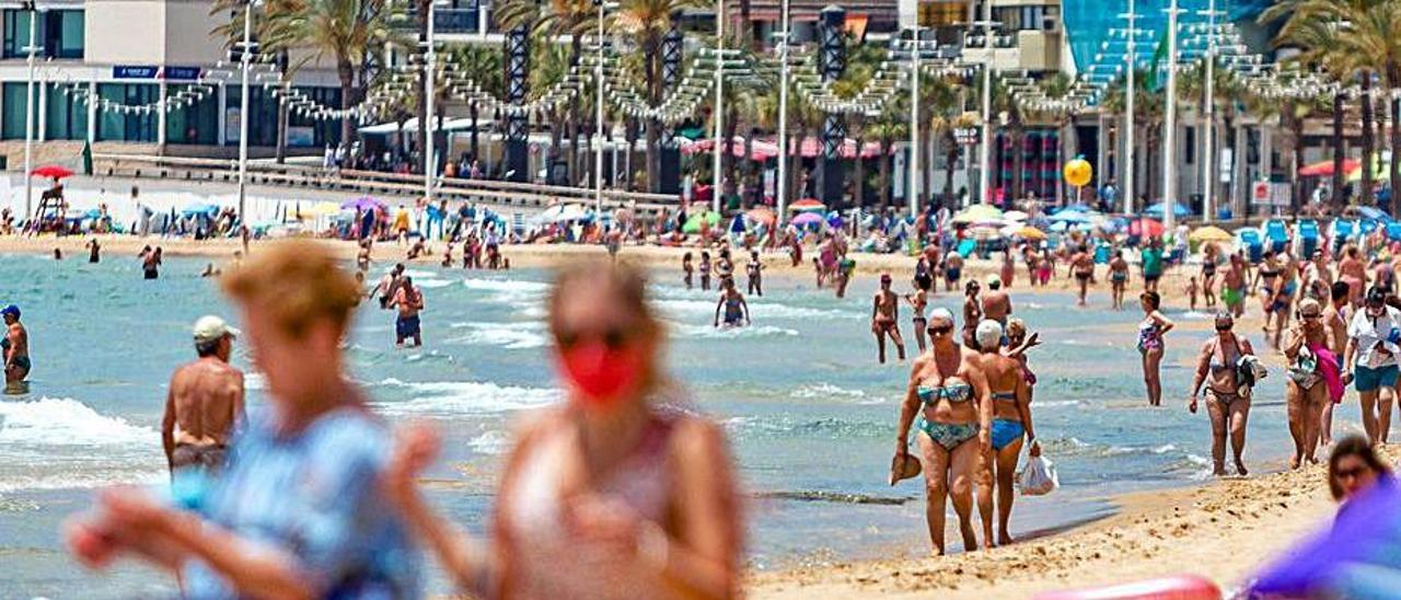 Turistas españoles en la playa de Levante de Benidorm.   DAVID REVENGA