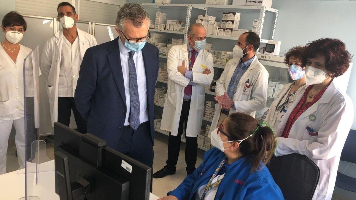 El consejero de Salud, Juan José Pedreño (c), visitó el nuevo servicio de farmacia especializada en pacientes oncológicos y oncohematológicos ubicado en el Hospital de Día de la Arrixaca