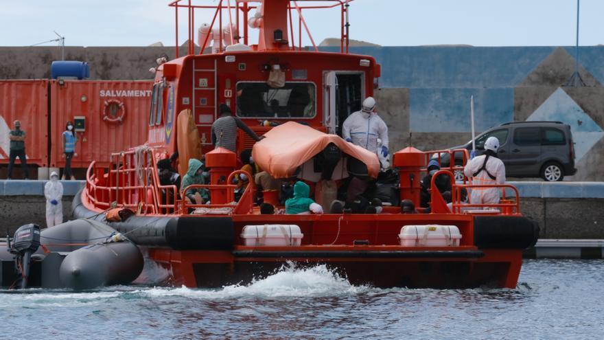 Salvamento Marítimo rescata una neumática con 50 migrantes subsaharianos a 35 millas de Fuerteventura
