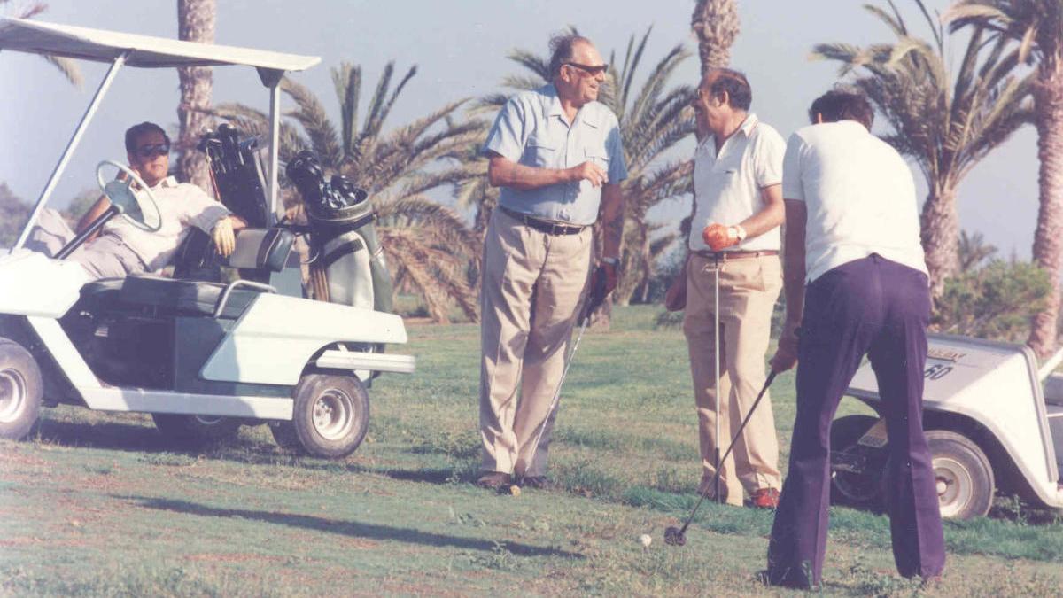 D. Juan de Borbón, padre del rey emérito, y D. Alejandro del Castillo, (sentado en el trolley) jugando en el campo de Golf de Maspalomas, fundado por éste último.