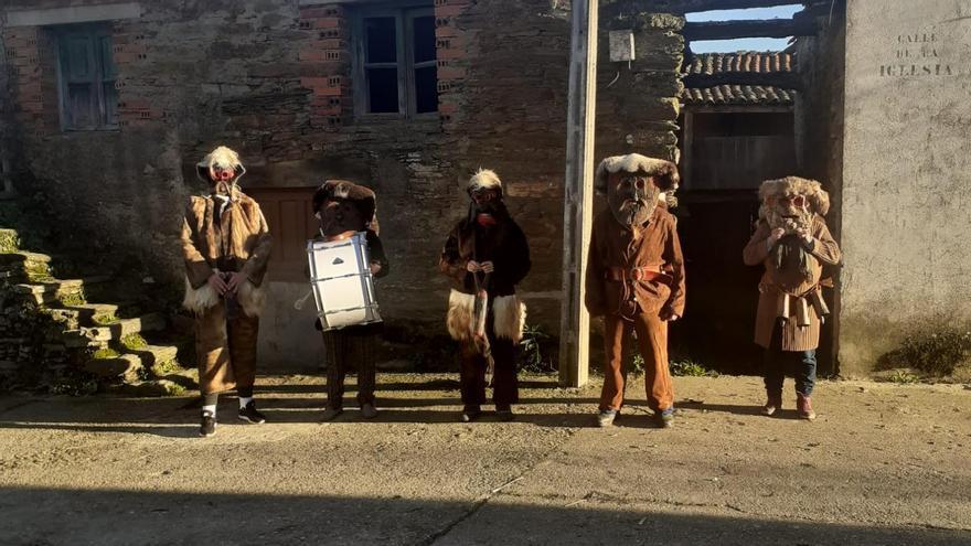 """Los Zamarrones y Caballicos dan un """"paseo testimonial"""" por Villarino Tras la Sierra en la Navidad del COVID"""