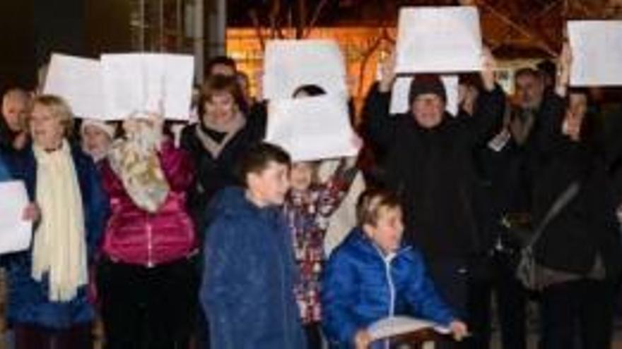 Veïns de Figueres es concentren contra la instal·lació de l'antena