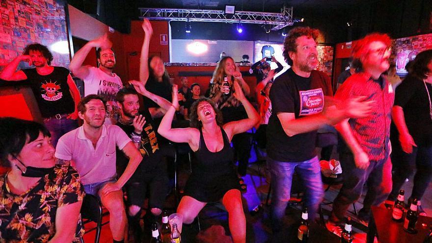 Público durante el primer concierto celebrado en 16 Toneladas durante el desconfinamiento.   FERNANDO BUSTAMANTE
