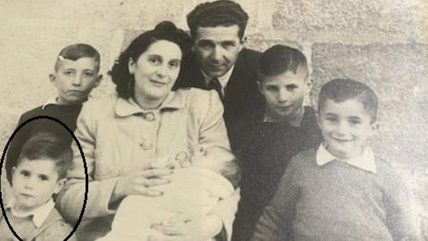 Abel Caballero (abajo a la izquierda) en una foto familiar con sus padres y hermanos, cuando tenía 5 años. (Foto de 1951)