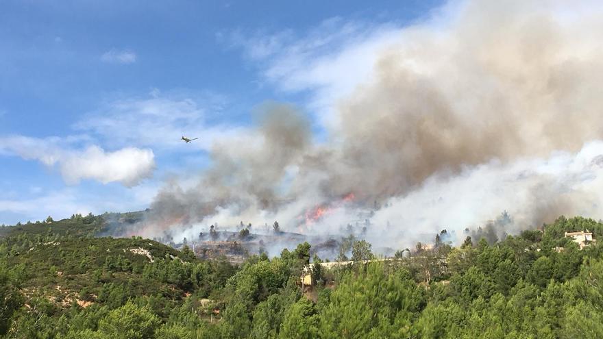 Un incendio en Buñol amenaza a unas viviendas y un parque eólico