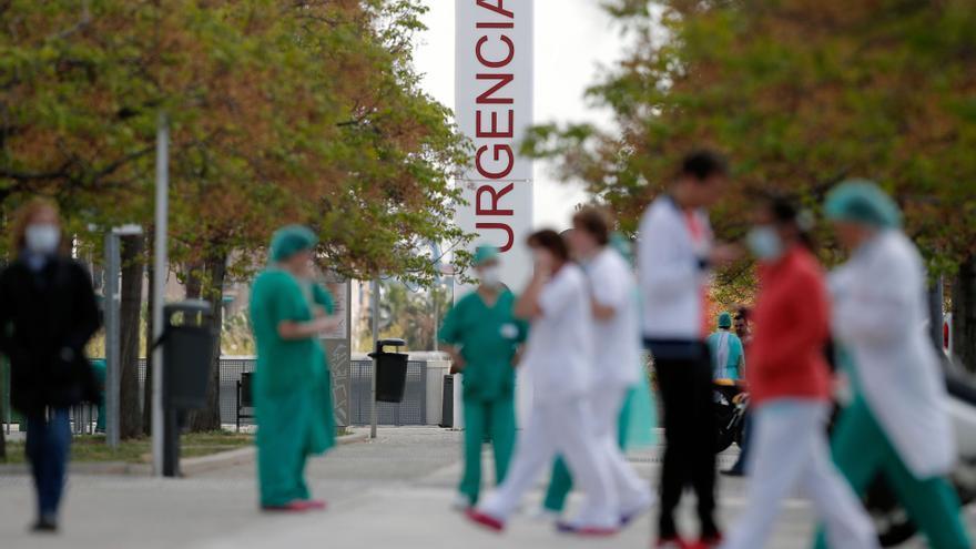 El Colegio de Médicos de Alicante carga contra los alcaldes vacunados