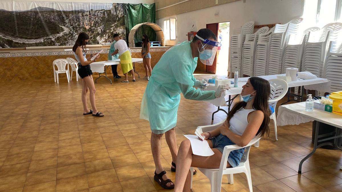 Tírig organizó ayer en su pabellón un cribado masivo con tests rápidos para detectar asintomáticos entre los jóvenes.