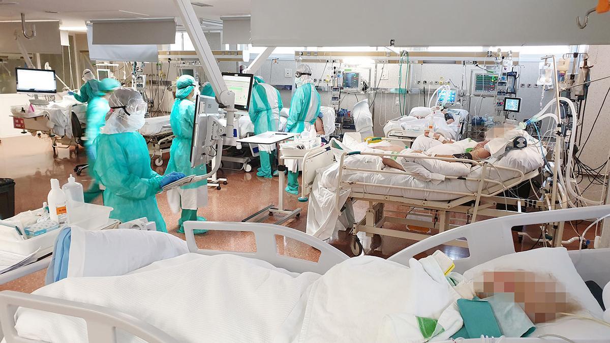 Unidad UCI COVID del Hospital Povisa el pasado mes de abril