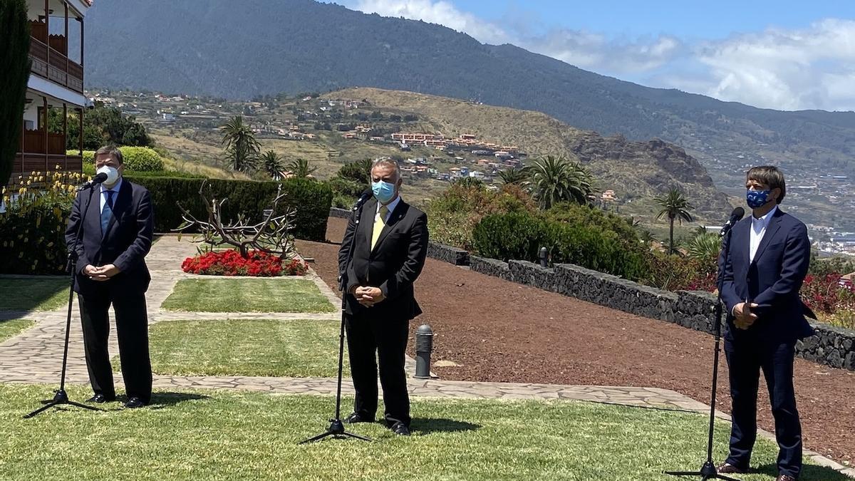 El ministro de Agricultura, Pesca y Alimentación, Luis Planas; el presidente de Canarias, Ángel Víctor Torres, y el presidente de Asprocan, Domingo Martín.