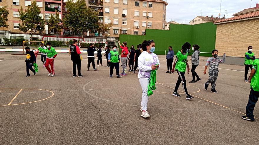 Dos jugadoras del Schär Colores Zaragoza de balonmano visitan el CEIP Fernando El Católico