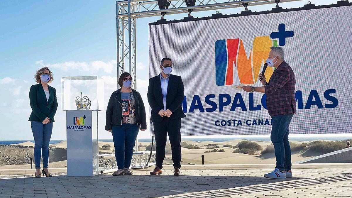 Concepción Narváez, ayer en la presentación de la temática del Carnaval de 2022 junto al edil Alexis Moreno y el presentador Roberto Herrera. | | LP/DLP