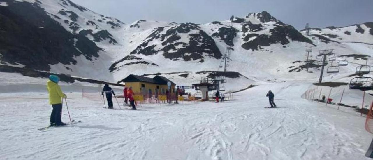 Esquiadores, ayer, en la zona media de la estación allerana de Fuentes de Invierno. | A. V.
