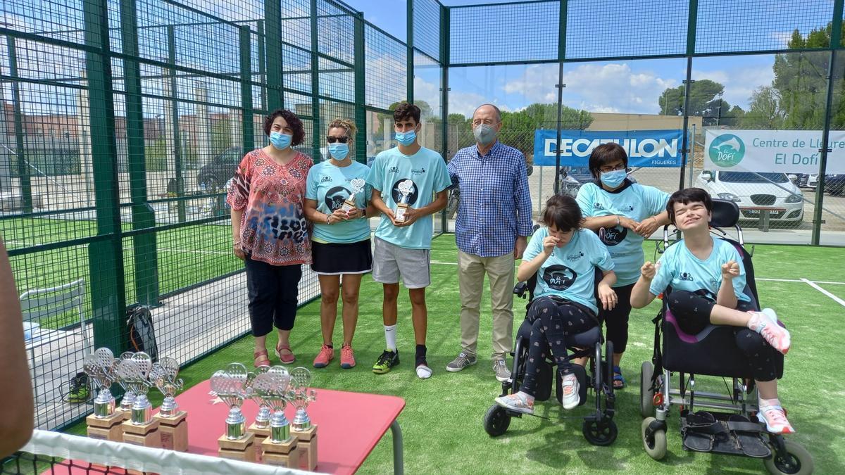 La parella guanyadora de l'equip mixte acompanyada per la presidenta d'El Dofí, Mercè Coll, i el regidor d'Esports, César Barrenechea.