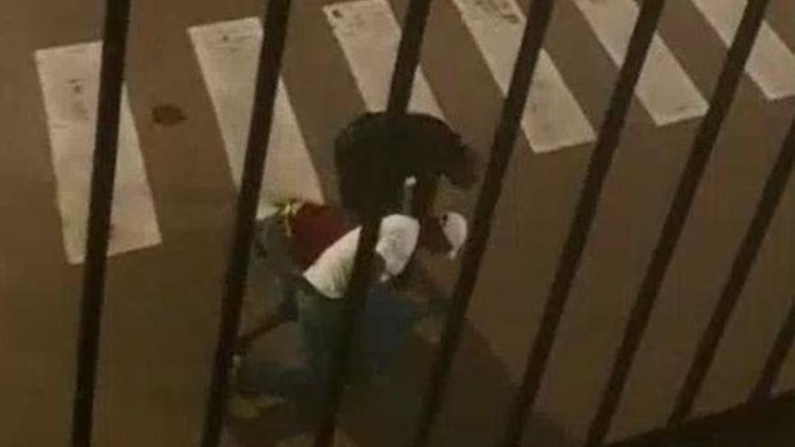 Brutal paliza a un joven en la plaza Juan de Vilarrasa