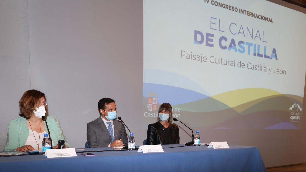 El viceconsejero de Cultura, Raúl Fernández Sobrino y la secretaria general de la CHD, Sofía Soto y la presidencia de la Diputación, Ángeles Armisen