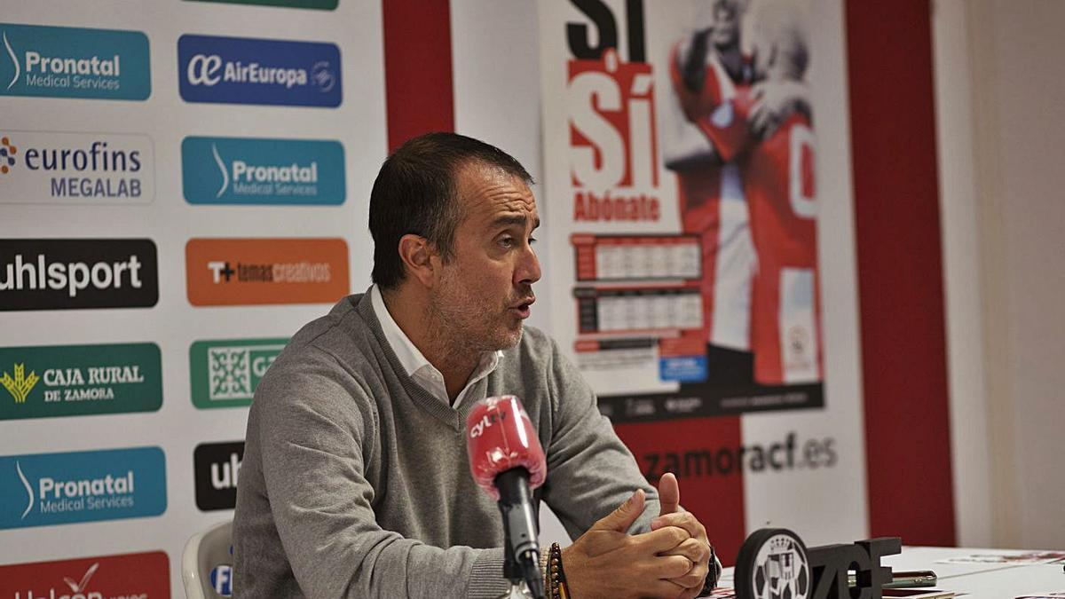 César Villafañe, director deportivo del Zamora CF, conversa con la prensa a inicios de temporada.   Emilio Fraile