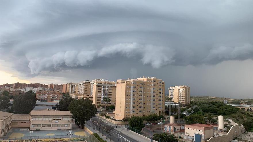 Cae una fuerte tromba de agua en Alicante acompañada de granizo