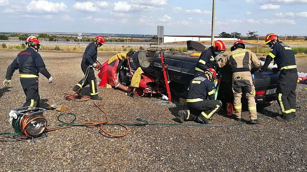 Bomberos de Valladolid instruyen a bomberos de Benavente en técnicas de excarcelación de accidentes.| J. A. G.