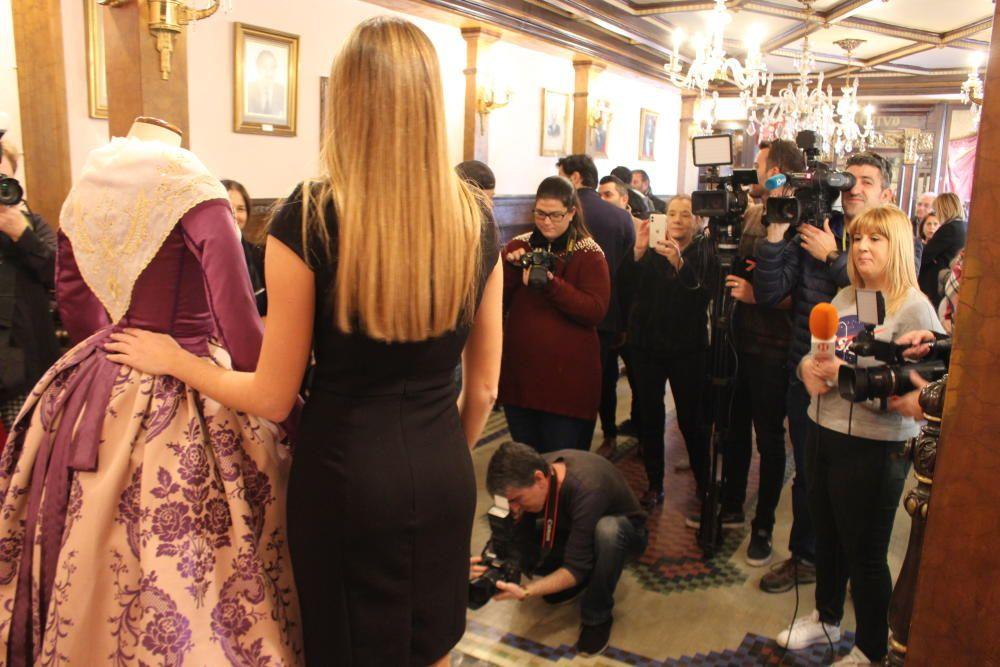 El Gremio de Sastres entrega un traje a Consuelo Llobell realizado por sus alumnos