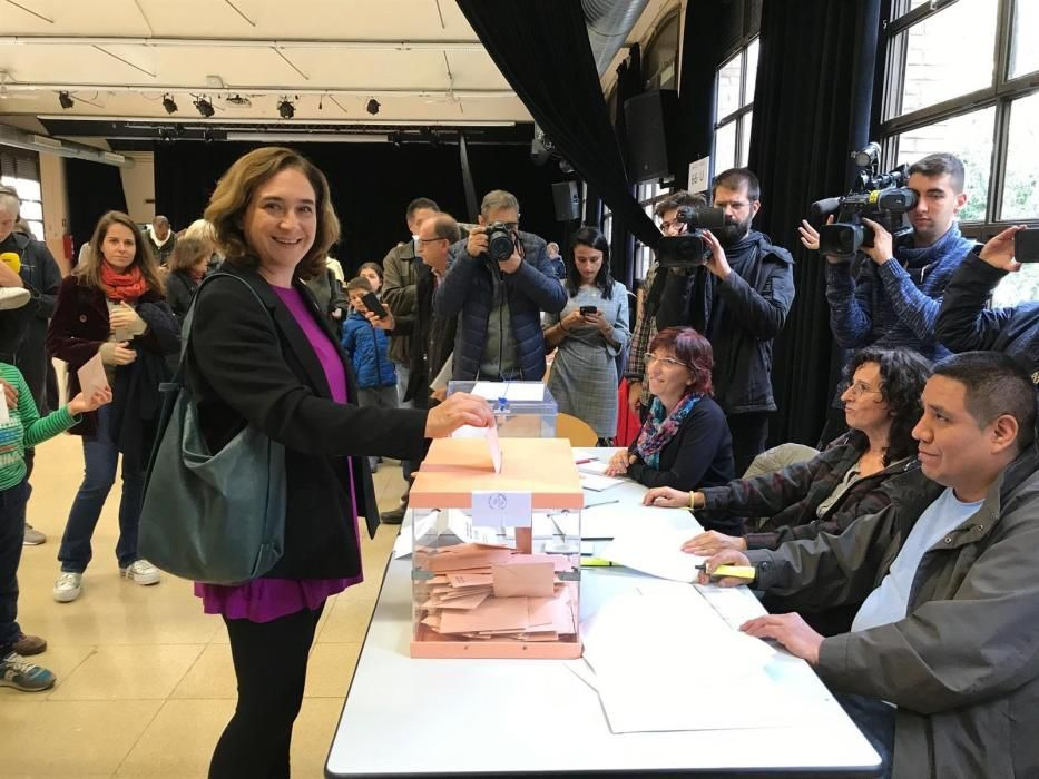 Ada Colau, alcaldesa de Barcelona, ha acudido a votar a mediodía.
