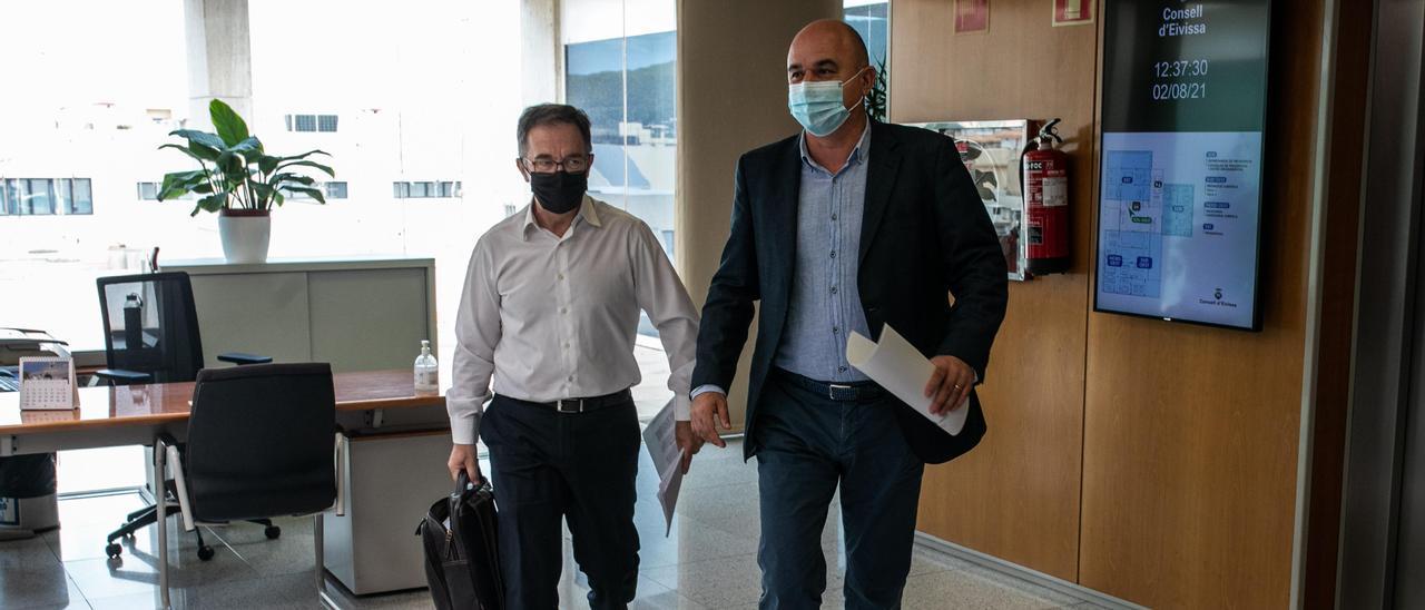 Josep Marí Ribas y Vicent Marí, ayer, en el Consell de Ibiza