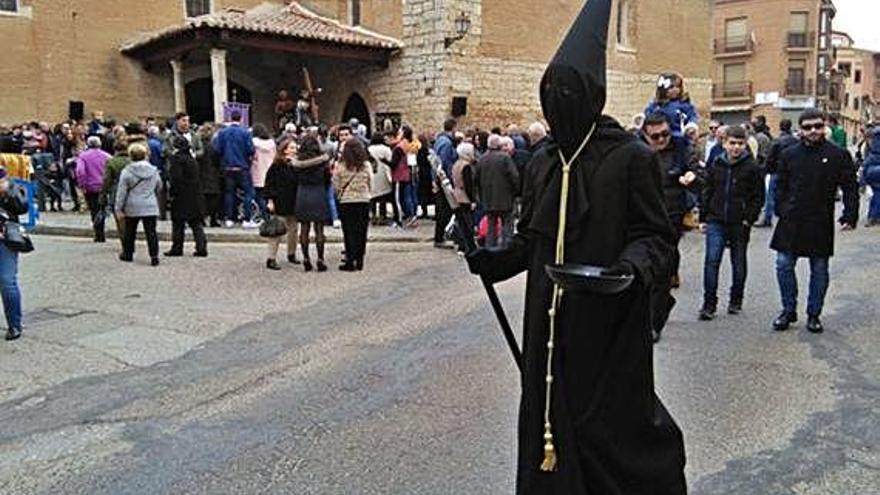 Un conquero inicia su recorrido para recoger limosnas en nombre de la cofradía de Jesús Nazareno.