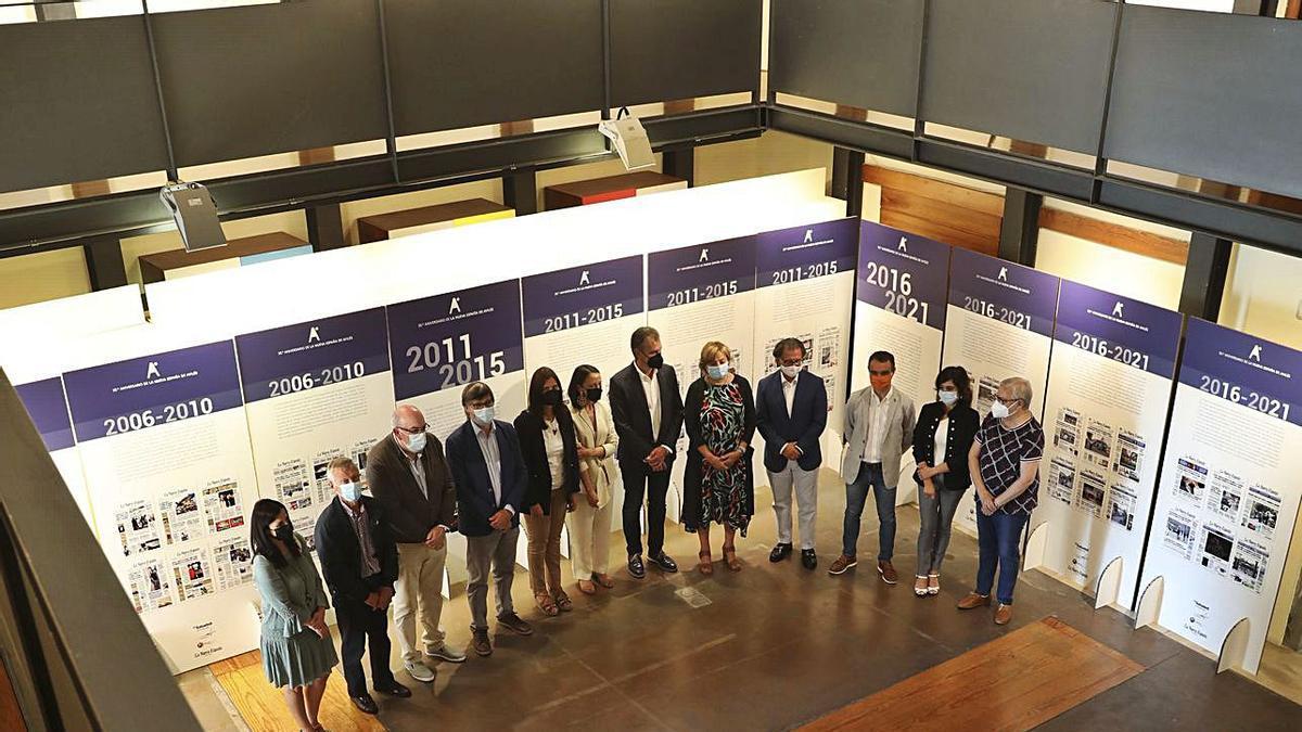 Inauguración de la exposición, el pasado agosto, en Valdecarzana, con los alcaldes de la comarca.