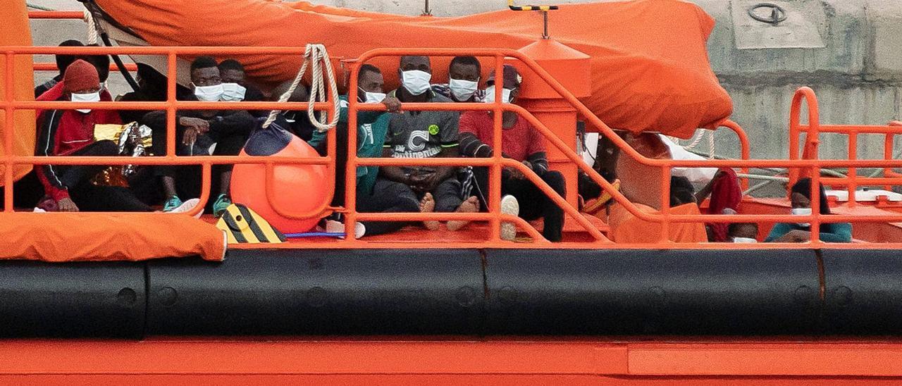 Imagen de archivo de una embarcación de Salvamento Marítimo dejando migrantes en Puerto del Rosario.