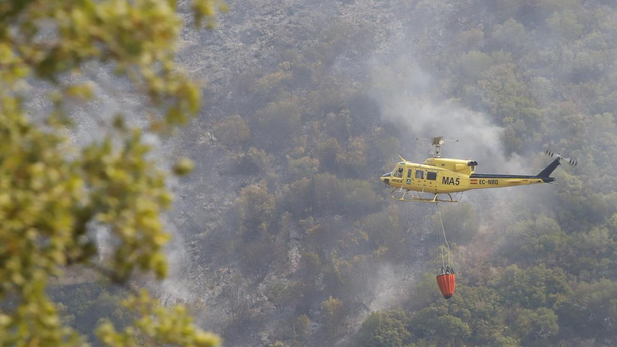 Un helicóptero en las labores de extinción del incendio.