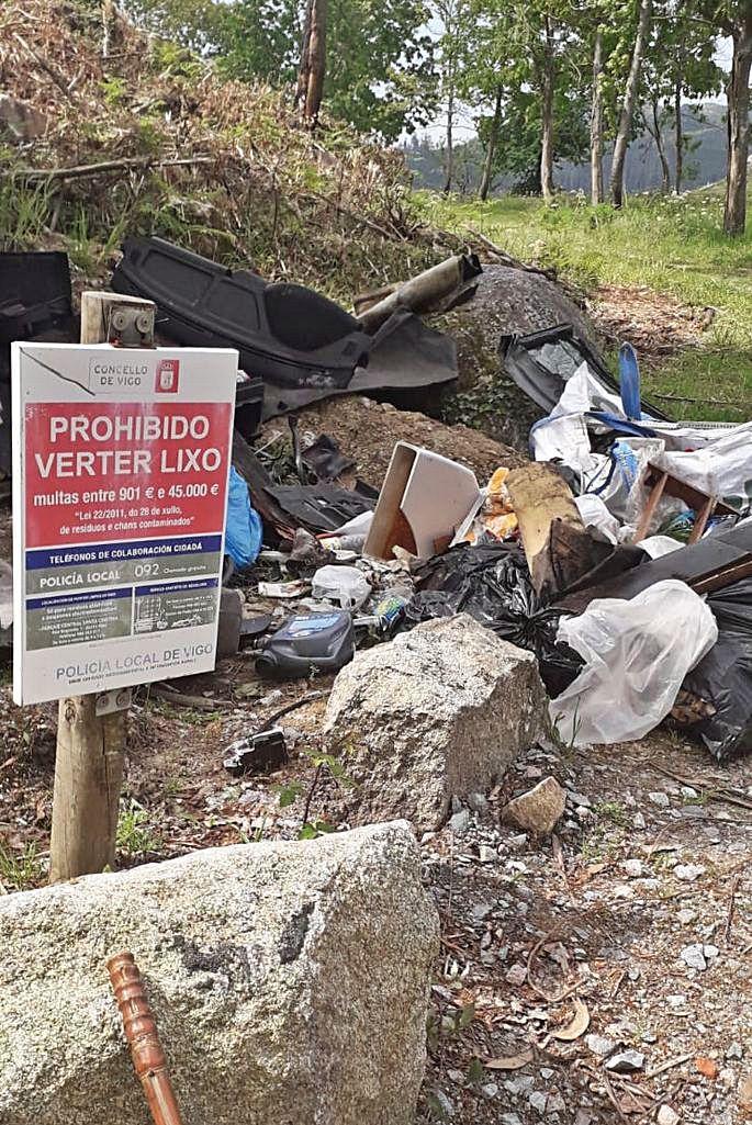 Las comunidades de montes registran un centenar de vertidos de escombros al año.