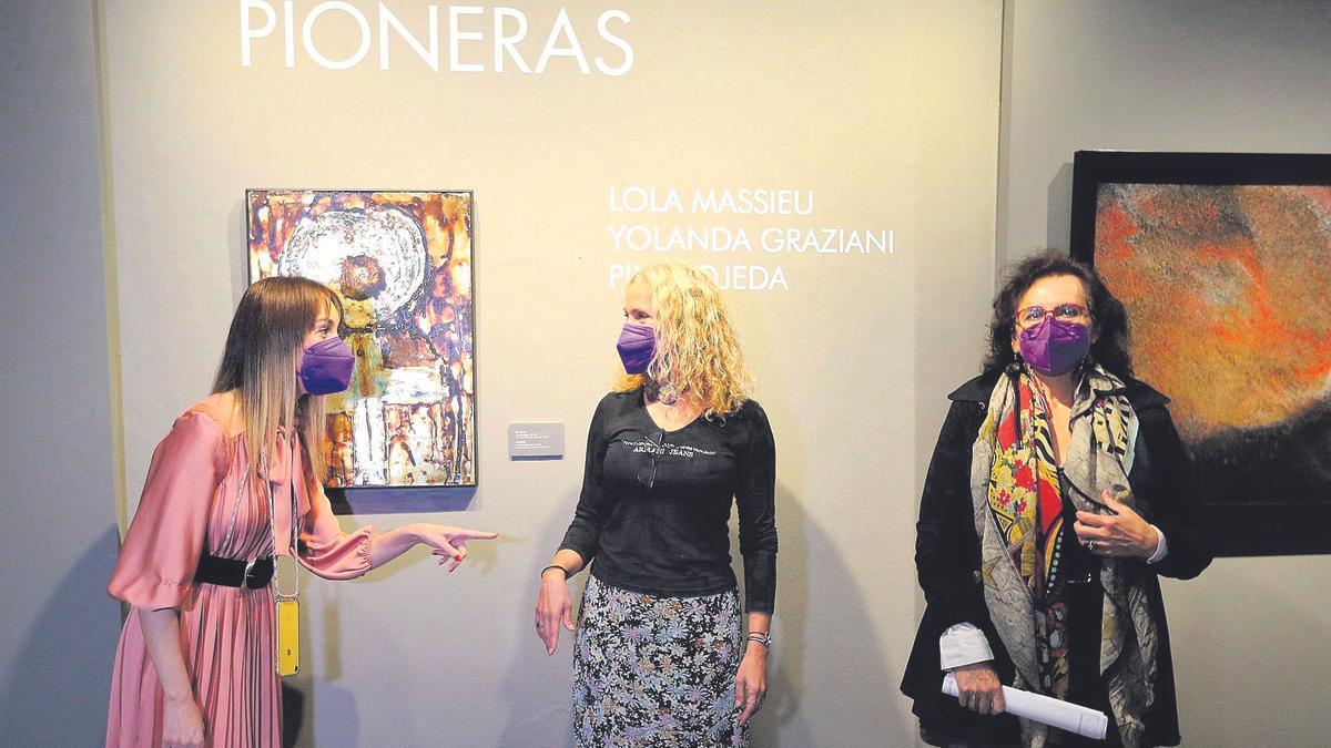 Guacimara Medina, Alicia Bolaños and Elena Acosta, yesterday, at the presentation of the exhibition 'Pioneras' and the program of 'Marzo-Mujer'.