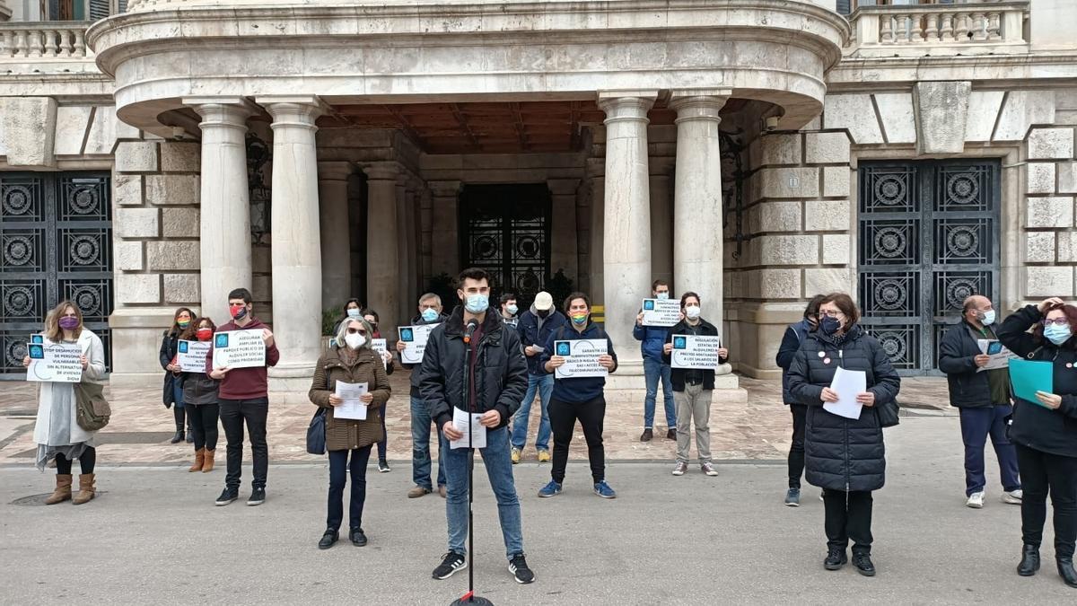Concentración de las entidades ante el Ayuntamiento de València.