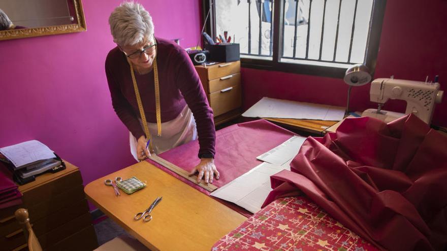 Mujeres de Les Valls  cosen batas médicas con manteles antimanchas