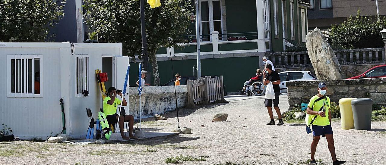 Socorristas en la playa baionesa de A Concheira el pasado verano.     // JOSE LORES