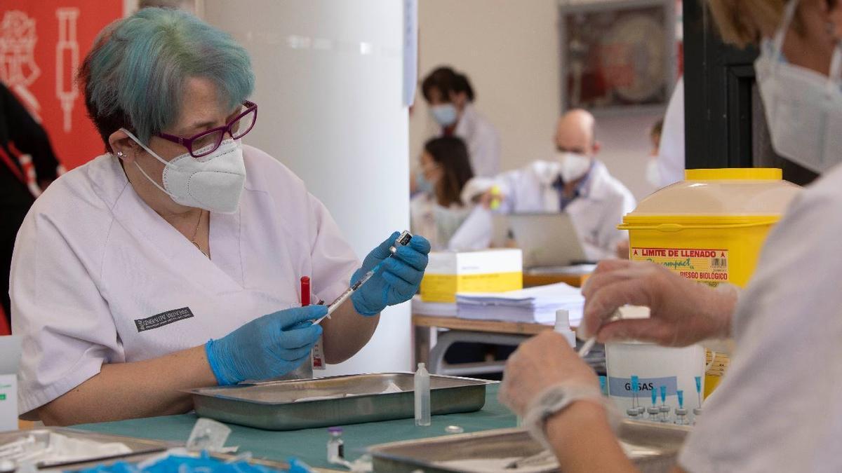 Una enfermera prepara una dosis de la vacuna contra la covid-19.