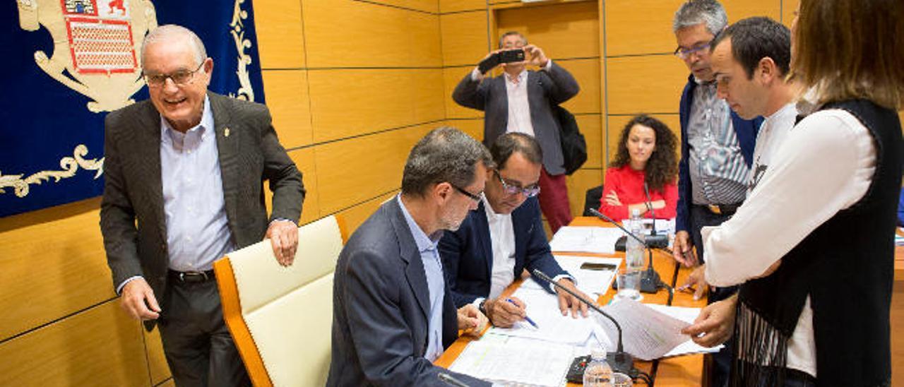González Arroyo pasa por detrás de Marcial Morales y Blas Acosta en el pleno celebrado ayer
