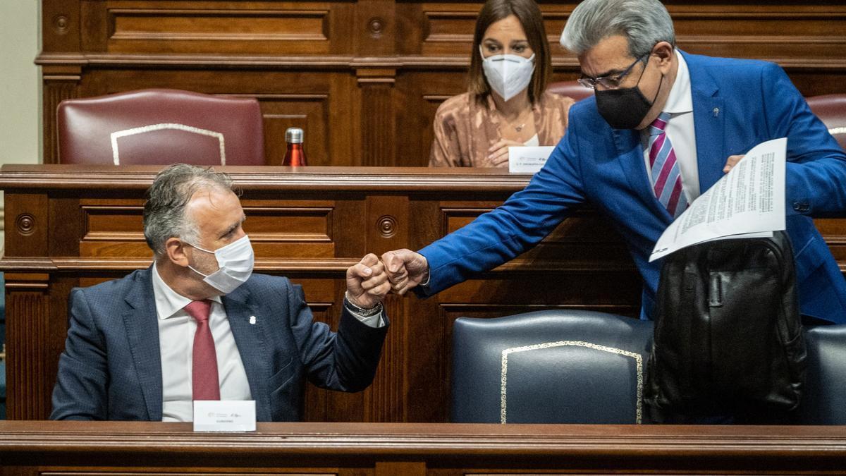 Román Rodríguez (d) saluda a Ángel Víctor Torres en el pleno del Parlamento