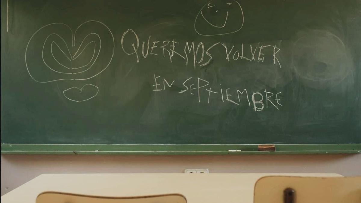 """Los alumnos de la escuela de Alacón escribieron en la pizarra """"Queremos volver en septiembre""""."""