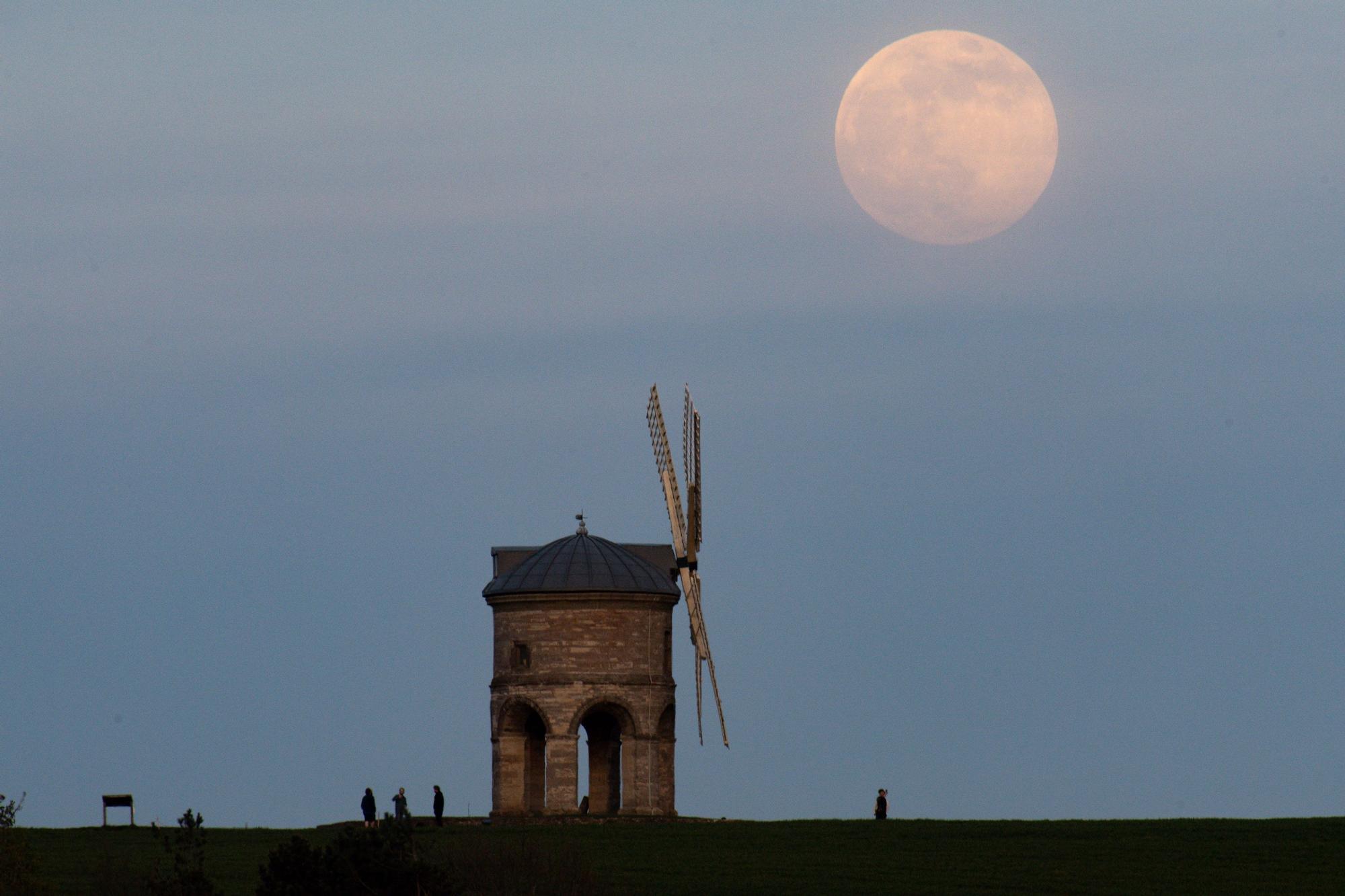 Moon rises in Englan (109391755).jpg