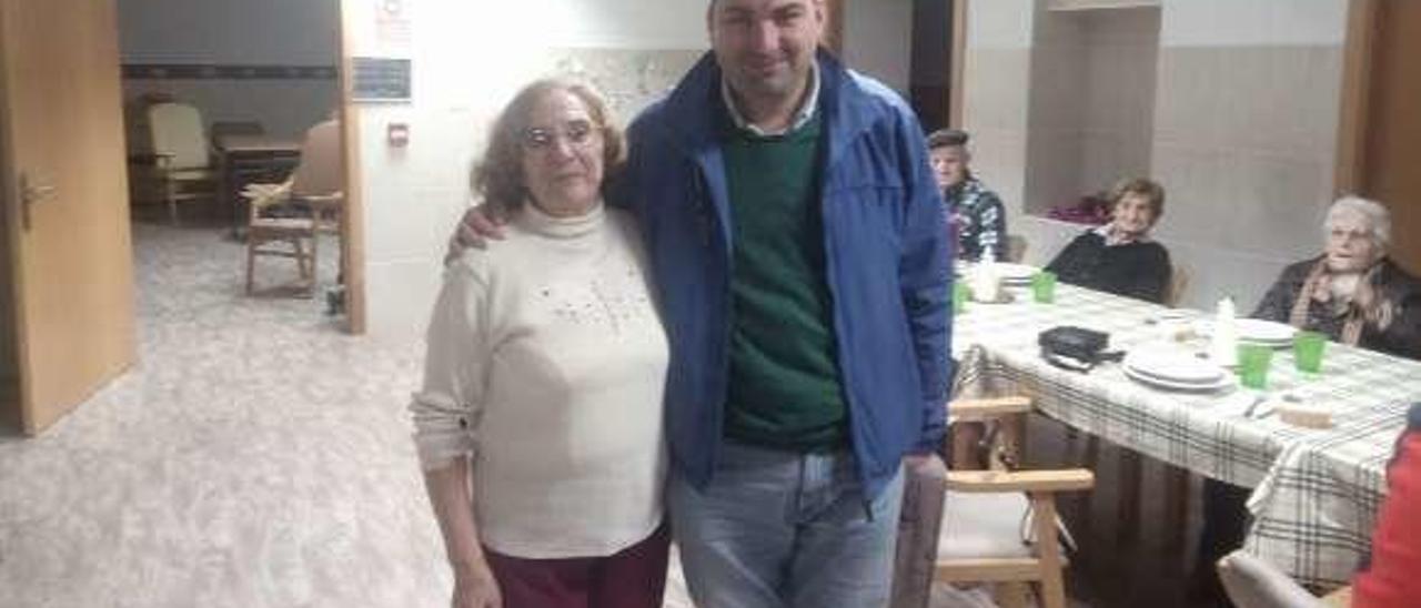 El alcalde de Salas, Sergio Hidalgo, con Erundina Rodríguez, la única vecina que se sumó a la iniciativa municipal.